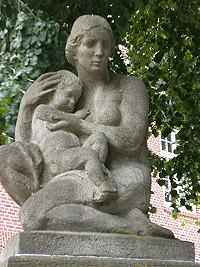 Hamburg-finkenau-brunnenfigur-ehemalige-frauenklinik_(c)_Roland_H_Bueb
