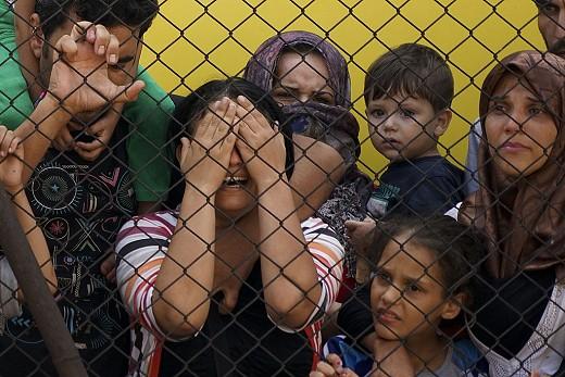 Women_and_children_among_Syrian_refugees_striking_at_the_platform_of_Budapest_Keleti_railway_station._Refugee_crisis._Budapest,_Hungary,_Central_Europe,_4_September_2015._(3)_(c)_Mstyslav_Chernov